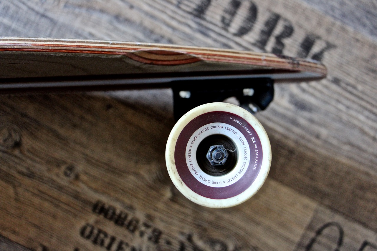 a closer look at how the wheels of the longboard looks like